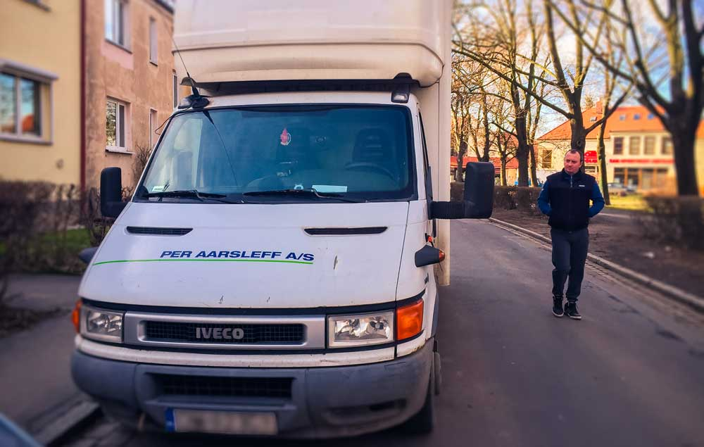 Artur Krężel przy swojej ciężarówce