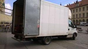 ciężarówka zaparkowana na rynku