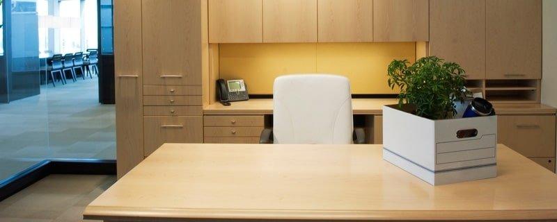spakowany karton z rzeczami na biurku