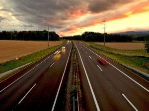 autostrada-krajowa-zachód-słońca